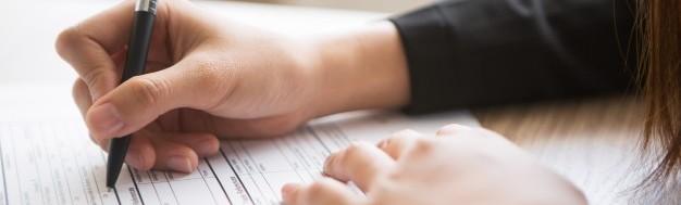 ręka-kobiety-biznesu-z-wykresow-finansowych-i-laptopa-na-ta_1232-3514